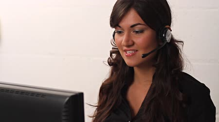 serwis : Smiling customer service woman helping on headset