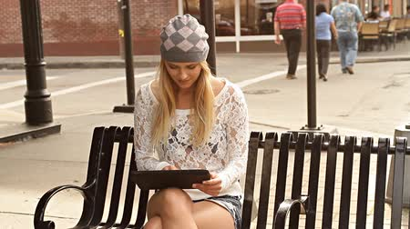 kalça : Young hip woman sitting on bench with tablet computer