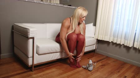 болваны : Sexy blond woman in pantyhose putting on high heels Стоковые видеозаписи