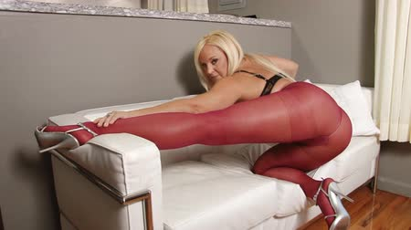 болваны : Long legs mature blond woman in pantyhose