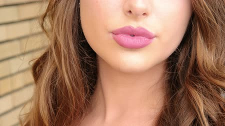 модель : Sexy full lips close up