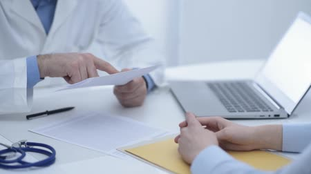 病院 : Doctor meeting with patient in the office and giving a prescription to a patient, medicine and healthcare concept