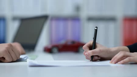 vendedor : Woman buying a car and signing the contract Vídeos