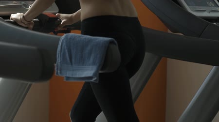 sportowiec : Young woman at the gym, she is doing a treadmill workout and burning calories, fitness and sports concept