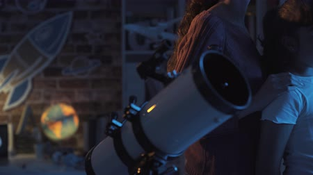 passatempo : Happy girls contemplating the sky together and watching the stars with a professional telescope Stock Footage