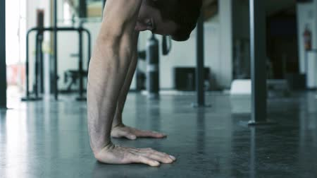 balanceamento : Athletic young man working out at the gym and doing handstand push-ups