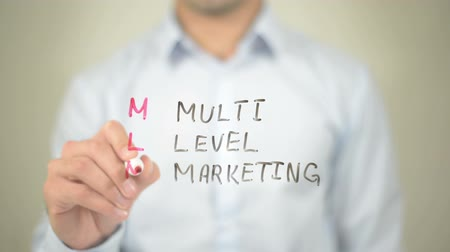 contact opnemen : MLM, Multi Level Marketing, Man schrijven op transparant scherm