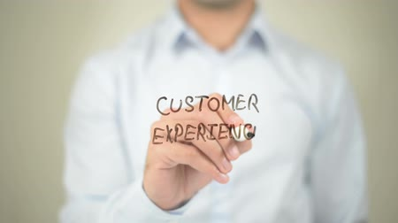 clientes : Customer Experience, Man writing on transparent screen