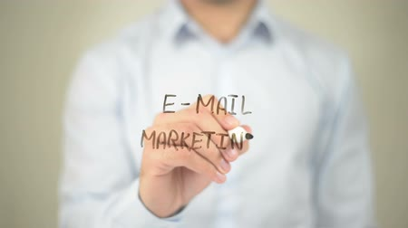 contact opnemen : E-mail Marketing, Man schrijft op transparant scherm Stockvideo
