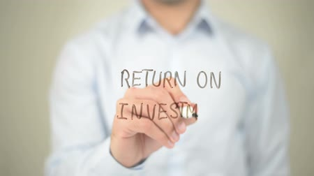 benefício : Return on Investment, Man writing on transparent screen