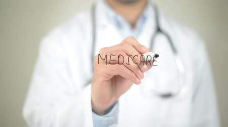governo : Medicare, Doctor writing on transparent screen