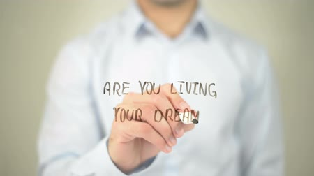 inspiratie : Bent u Living Your Dream? , Mens die op transparant scherm