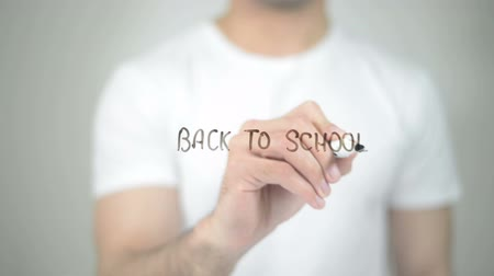 puntenslijper : Back to School, mens die op transparant scherm Stockvideo