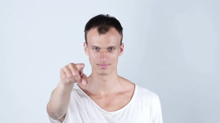 obličejový : Portrait of a young man pointing his finger at you