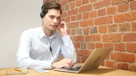 suporte : Company representative using headset to talk on the hot line