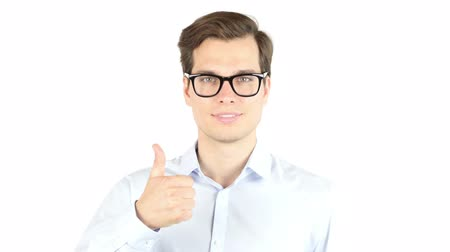 sala konferencyjna : A portrait of a young businessman posing on the white background, thumbs up