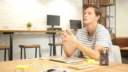 reunião : Young Talented Designer  Discussing New Project, Modern Loft Office Vídeos