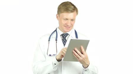 интерн : happy healthcare worker using tablet computer, white background