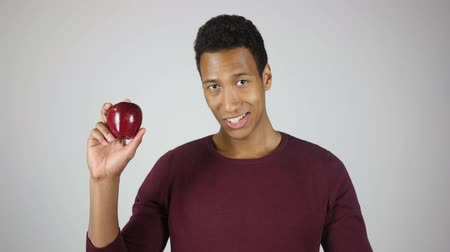 implantaat : Gezonde levensstijl, Mens Die Red Apple en Thumbs Up Gebaar Stockvideo
