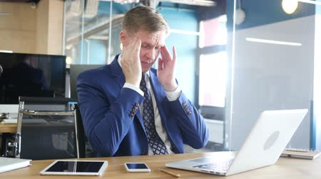 makler : Tired and stressed businessman is working in his office Wideo
