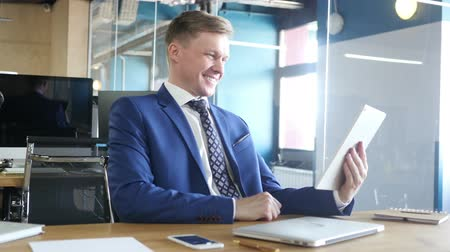 в чате : Businessman chatting on tablet computer in the office