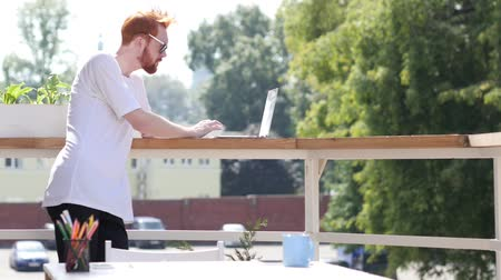 erkély : Busy Working on Laptop, Standing in Balcony of Office Outdoor, Gesture