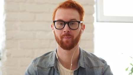 bate papo : Taking Online, Video Chat, by Man with Beard and Red Hairs Stock Footage