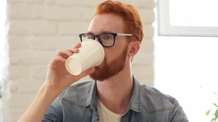 focalizada : Man Taking Sip of Coffee, Sitting in Office