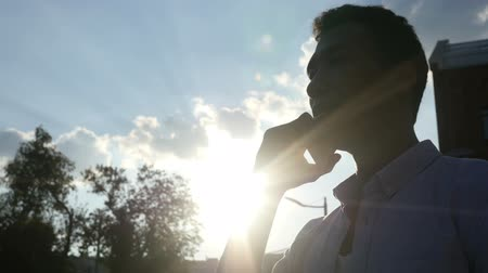broda : Man Talking on Phone, in front of Sun during Sunset Wideo
