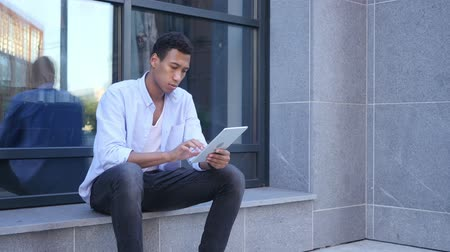 czarne : Outdoor Browsing on Tablet Computer, Young Black Handsome Man