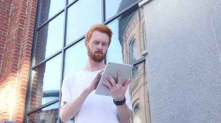 broda : Using Tablet for Browsing, Outdoor Wideo