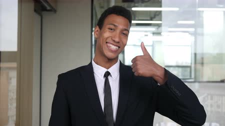 suceder : Thumbs Up by Black Businessman in Office Vídeos