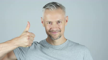 energický : Thumbs Up By Handsome Middle age man