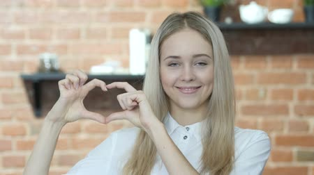 harmonie : Handmade Heart Sign by Young Woman, Indoor Dostupné videozáznamy