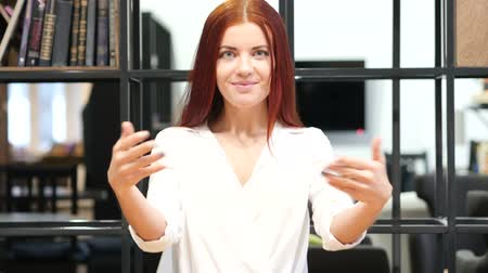 empresária : Inviting, Invitation Gesture by Woman, Indoor Stock Footage