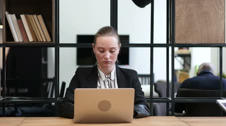 carreira : Woman Opening, Typing and Closing on Laptop, Office Stock Footage
