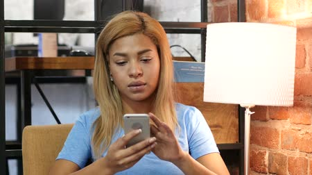 navegador : Black Girl Browsing Smartphone at Work
