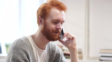 falar : Man Talking on Phone
