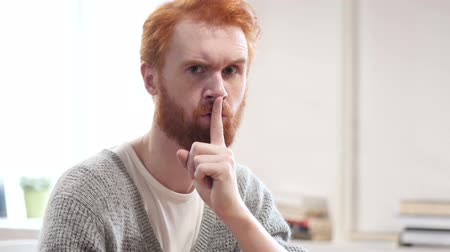 discutir : Silent, Silence Gesture by Man with Red Hairs Vídeos