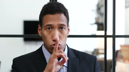 discutir : Gesture of Silence by Black Businessman, Finger on Lips Vídeos