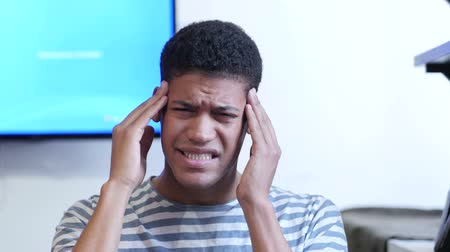 эмоция : Headache, Upset Tense Young Black Man