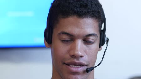 служба : Black Man Talking With Customer, Call Center