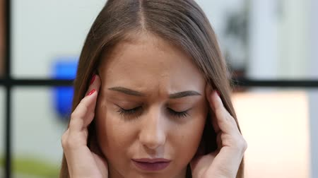 sorunlar : Headache, Close Up of Tense Young Girl Stok Video