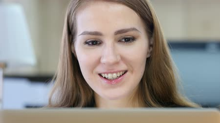 falar : Online Video Chat by Woman at Work Stock Footage