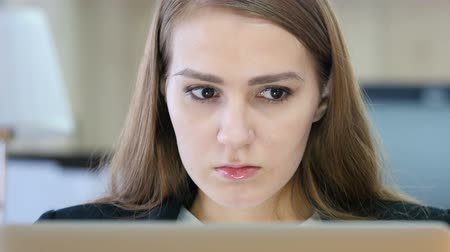 крик : Angry Woman Working on Laptop in Office