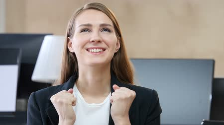otřes : Happy Excited Woman in Office