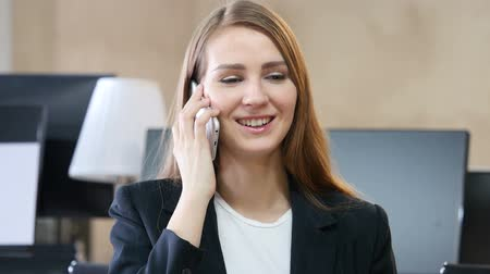 мобильный телефон : Phone Talk, Woman Answering Call in Office