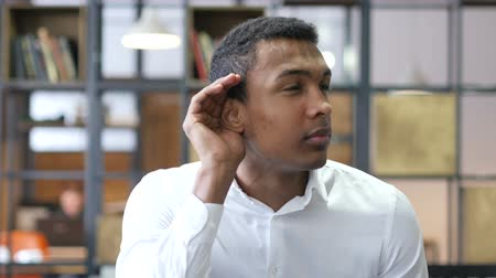 falar : Black Man Listening Carefully in Office