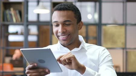 czarne : Black Man Using Tablet in Office