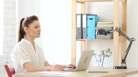 distante : Webcam Chat by Woman at Work Stock Footage